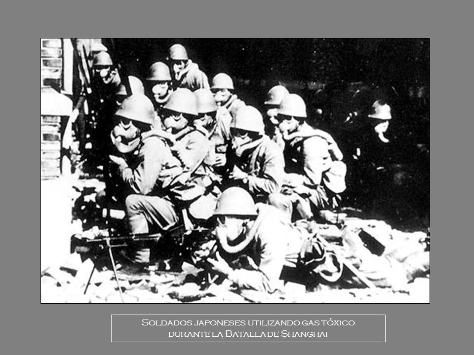Soldados japoneses utilizando gas tóxico