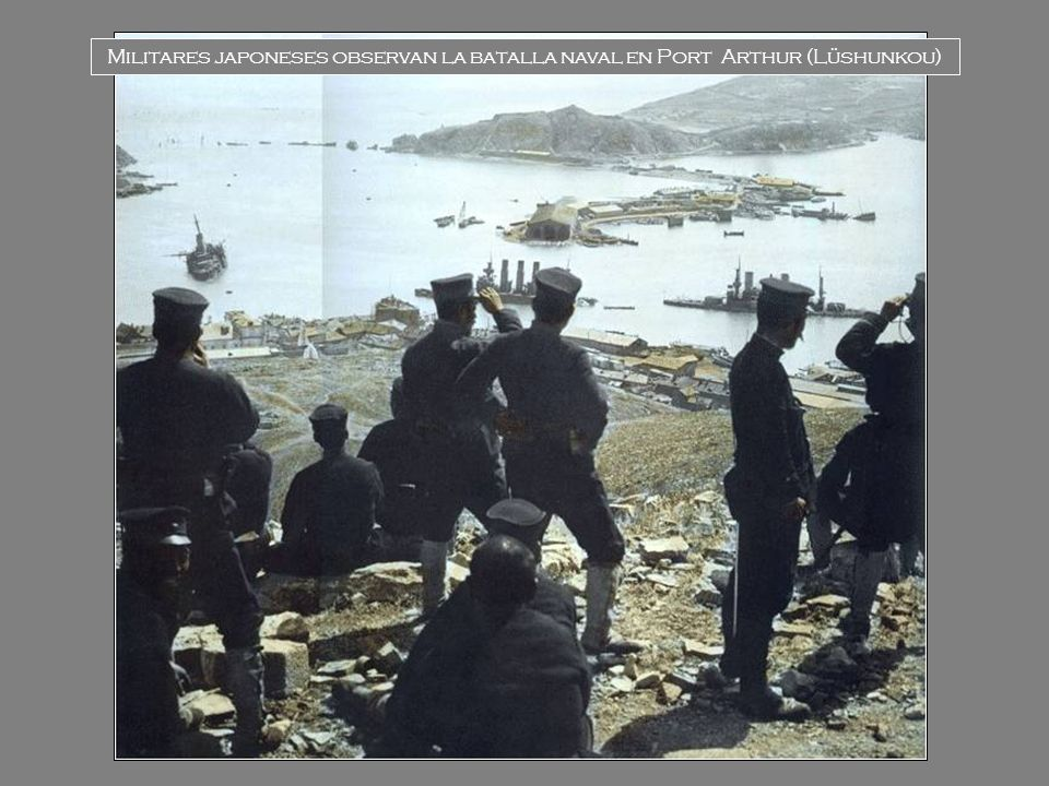 Militares japoneses observan la batalla naval en Port Arthur (Lüshunkou)