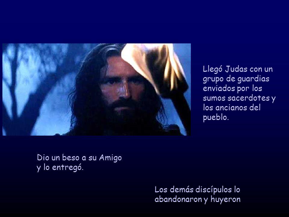 Llegó Judas con un grupo de guardias enviados por los sumos sacerdotes y los ancianos del pueblo.