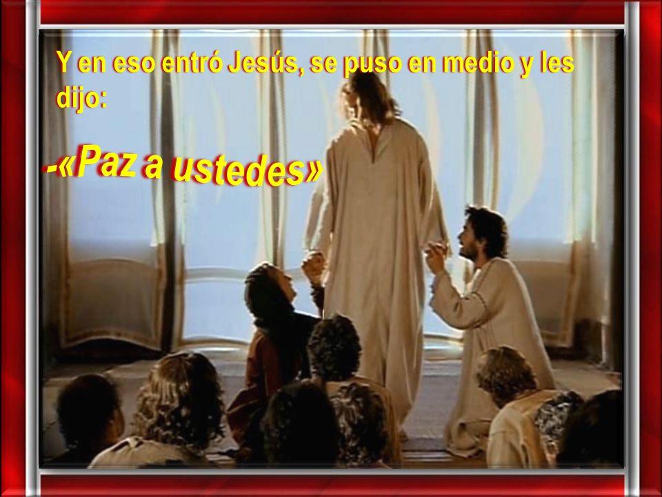 Y en eso entró Jesús, se puso en medio y les dijo: