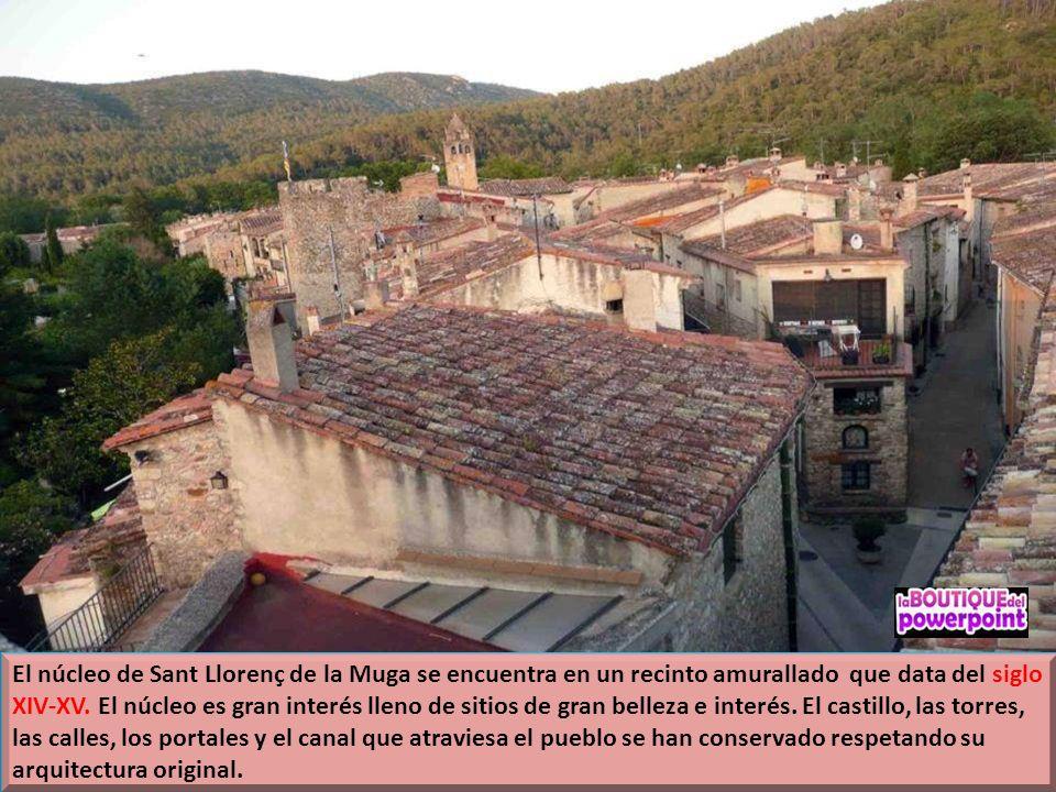 El núcleo de Sant Llorenç de la Muga se encuentra en un recinto amurallado que data del siglo XIV-XV.