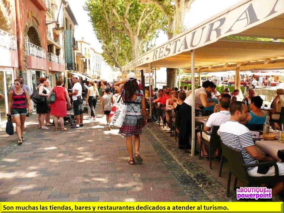 Son muchas las tiendas, bares y restaurantes dedicados a atender al turismo.