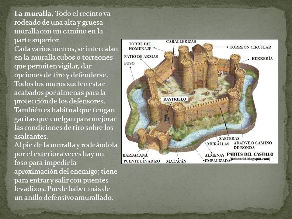La muralla. Todo el recinto va rodeado de una alta y gruesa muralla con un camino en la parte superior.