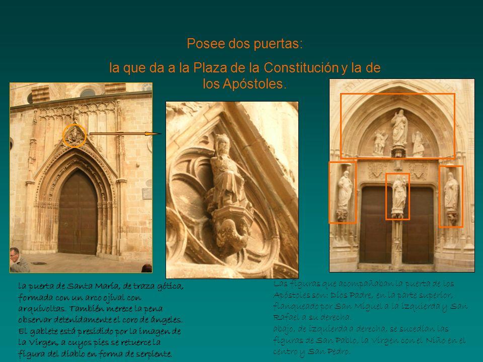 la que da a la Plaza de la Constitución y la de los Apóstoles.