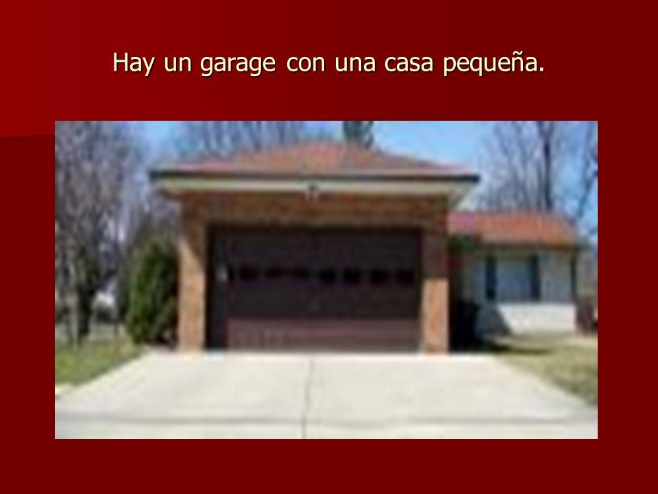 Hay un garage con una casa pequeña.