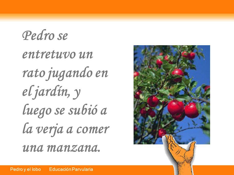 Pedro se entretuvo un rato jugando en el jardín, y luego se subió a la verja a comer una manzana.