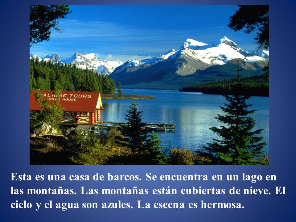 Esta es una casa de barcos. Se encuentra en un lago en las montañas