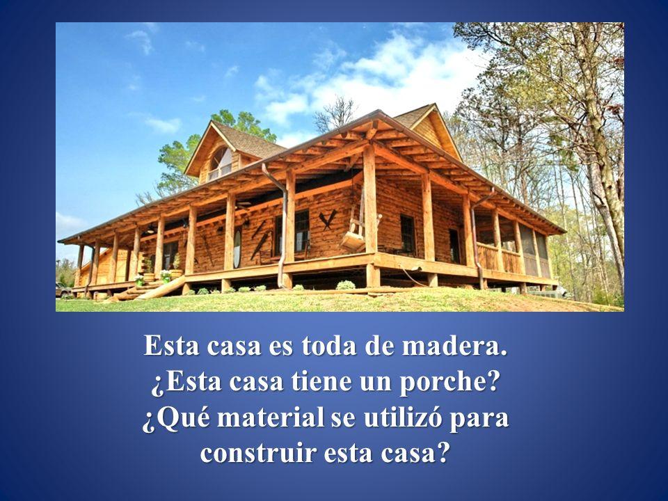 Esta casa es toda de madera. ¿Esta casa tiene un porche