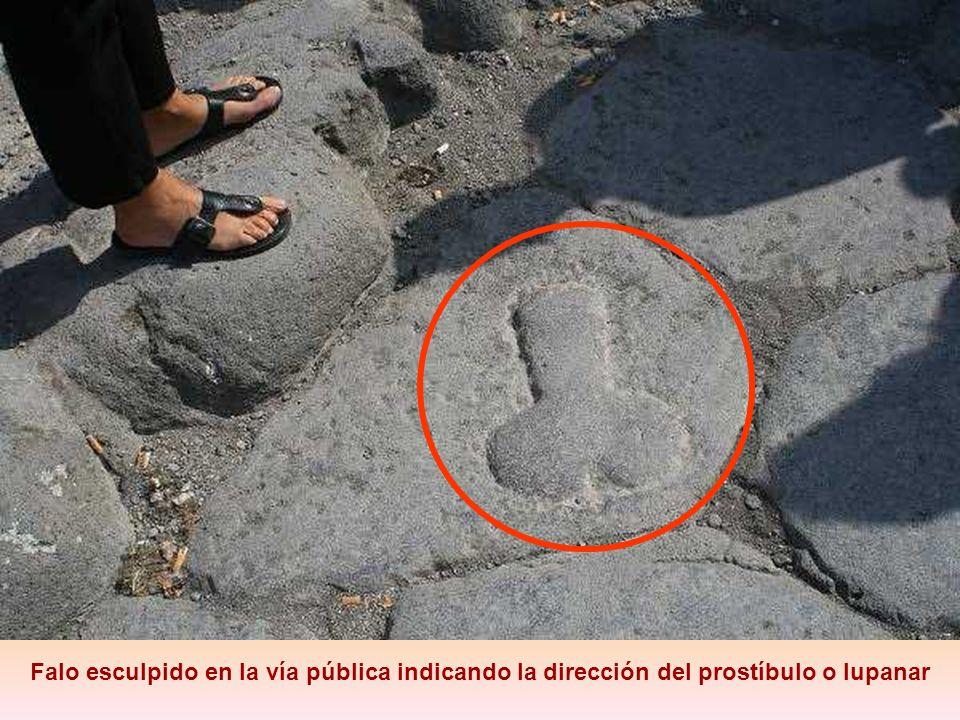Falo esculpido en la vía pública indicando la dirección del prostíbulo o lupanar