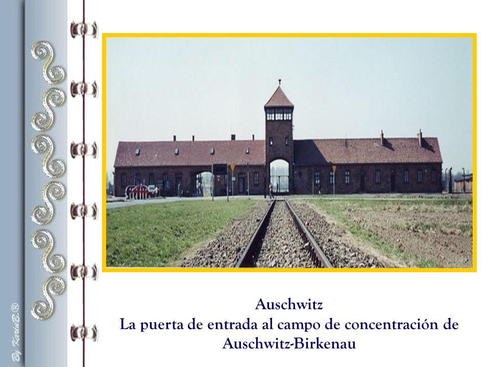 La puerta de entrada al campo de concentración de Auschwitz-Birkenau