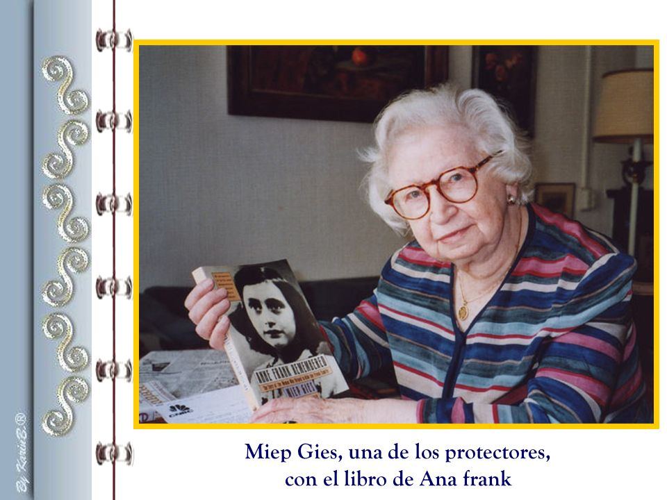 Miep Gies, una de los protectores, con el libro de Ana frank