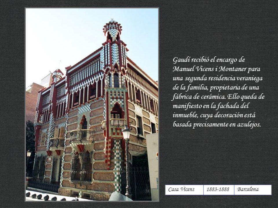 Gaudí recibió el encargo de Manuel Vicens i Montaner para una segunda residencia veraniega de la familia, propietaria de una fábrica de cerámica. Ello queda de manifiesto en la fachada del inmueble, cuya decoración está basada precisamente en azulejos.