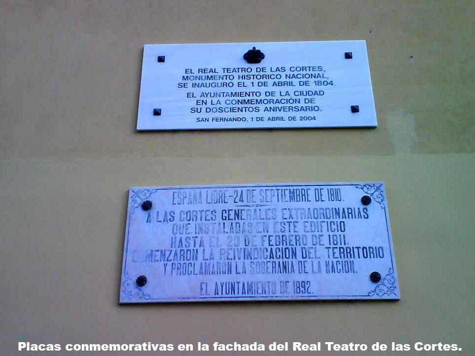 Placas conmemorativas en la fachada del Real Teatro de las Cortes.