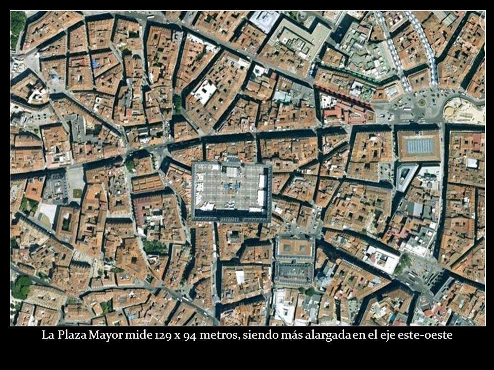 La Plaza Mayor mide 129 x 94 metros, siendo más alargada en el eje este-oeste