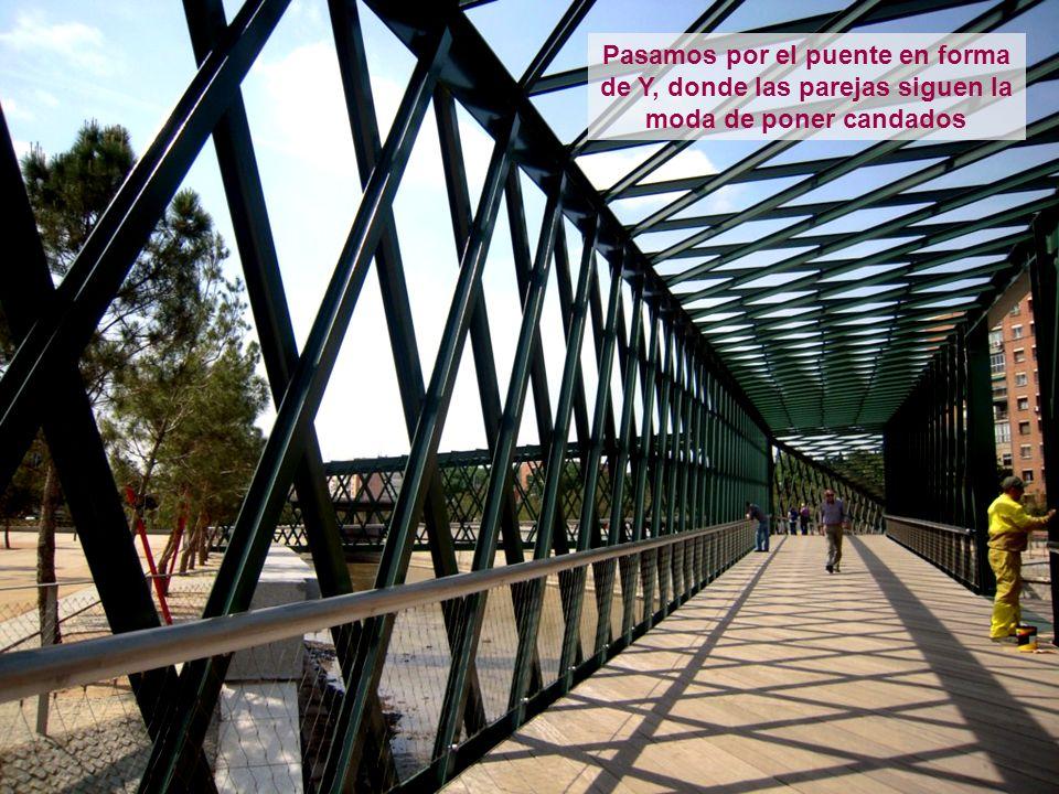 Pasamos por el puente en forma de Y, donde las parejas siguen la moda de poner candados