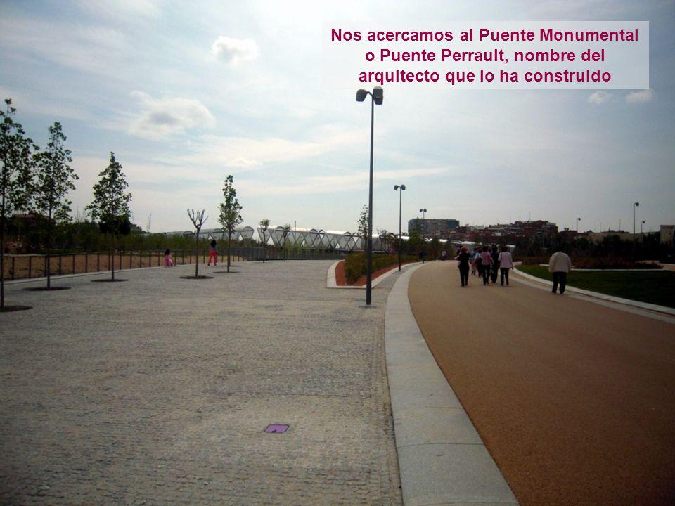 Nos acercamos al Puente Monumental o Puente Perrault, nombre del arquitecto que lo ha construido