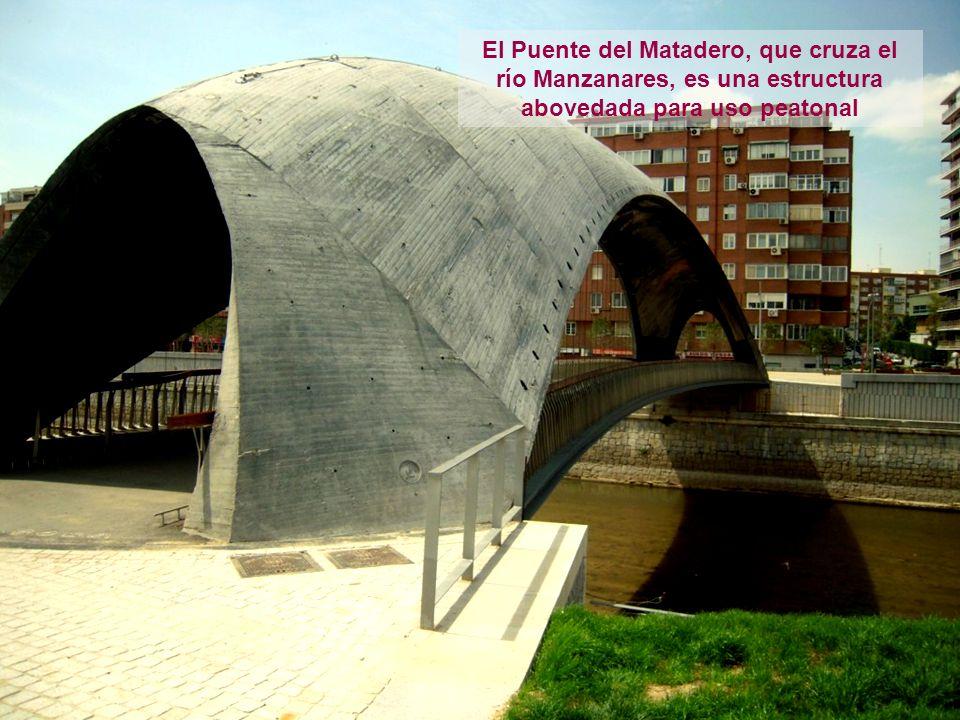 El Puente del Matadero, que cruza el río Manzanares, es una estructura abovedada para uso peatonal