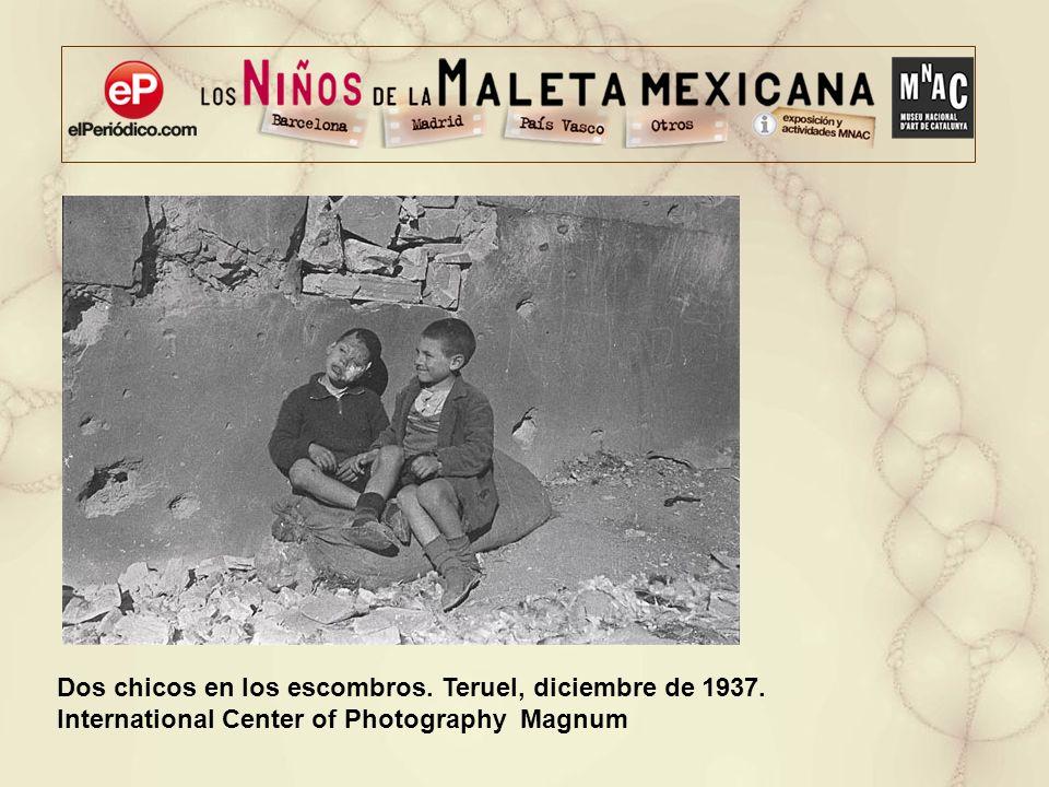 Dos chicos en los escombros. Teruel, diciembre de 1937.
