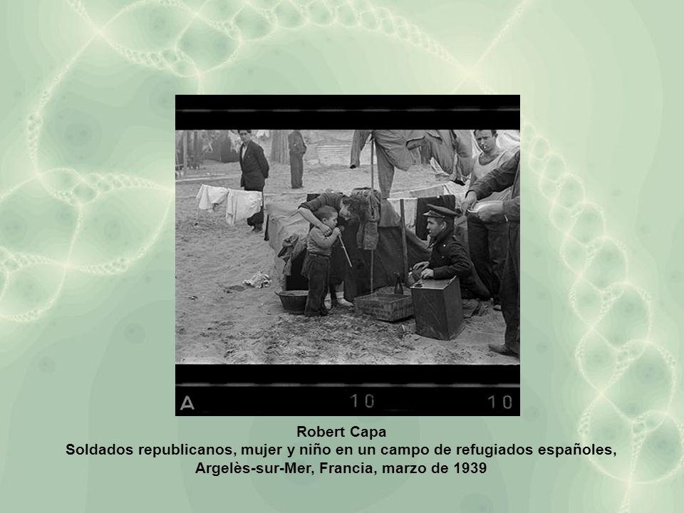 Robert Capa Soldados republicanos, mujer y niño en un campo de refugiados españoles, Argelès-sur-Mer, Francia, marzo de 1939