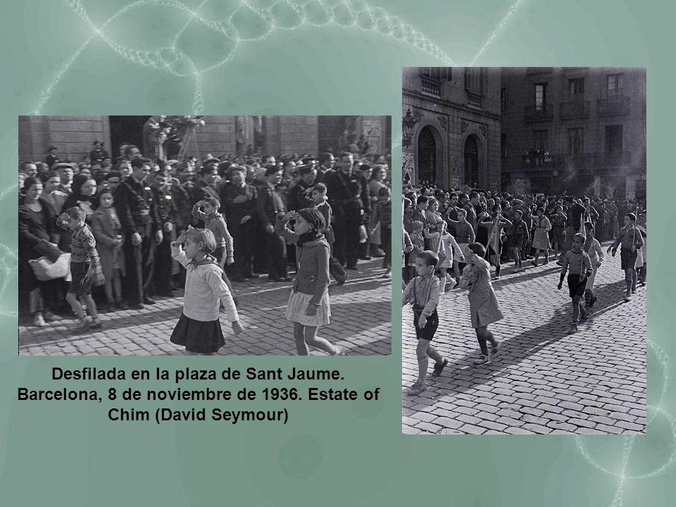 Desfilada en la plaza de Sant Jaume. Barcelona, 8 de noviembre de 1936
