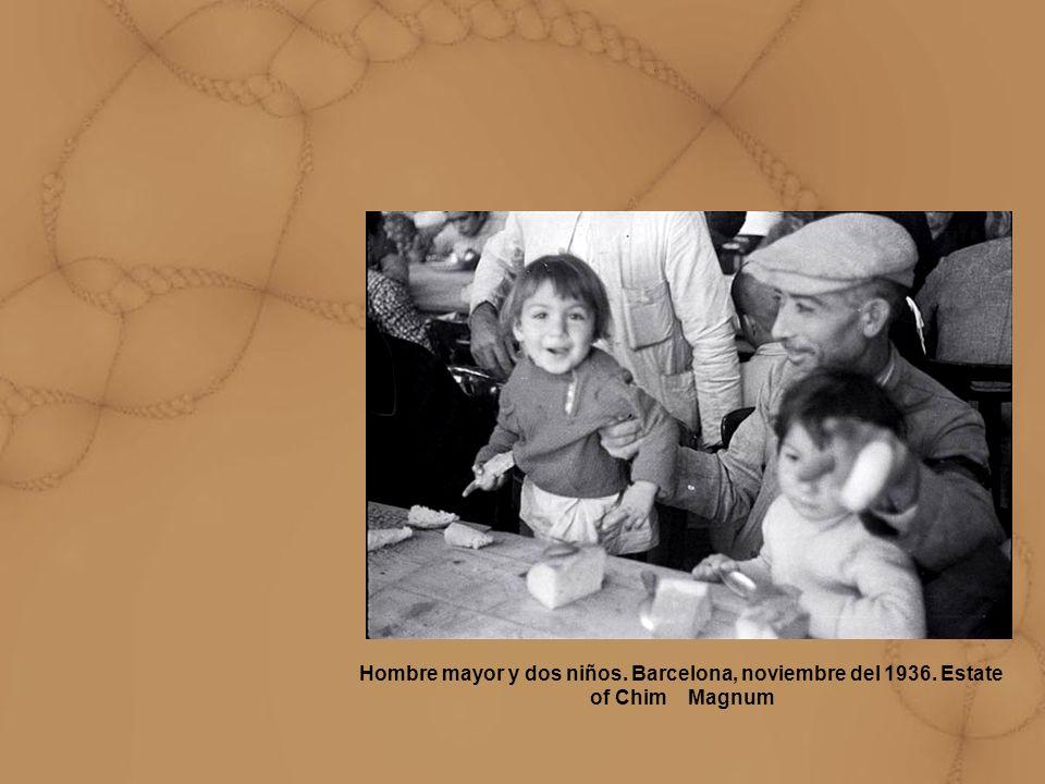 Hombre mayor y dos niños. Barcelona, noviembre del 1936