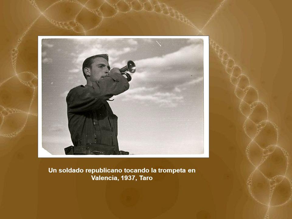 Un soldado republicano tocando la trompeta en Valencia, 1937, Taro