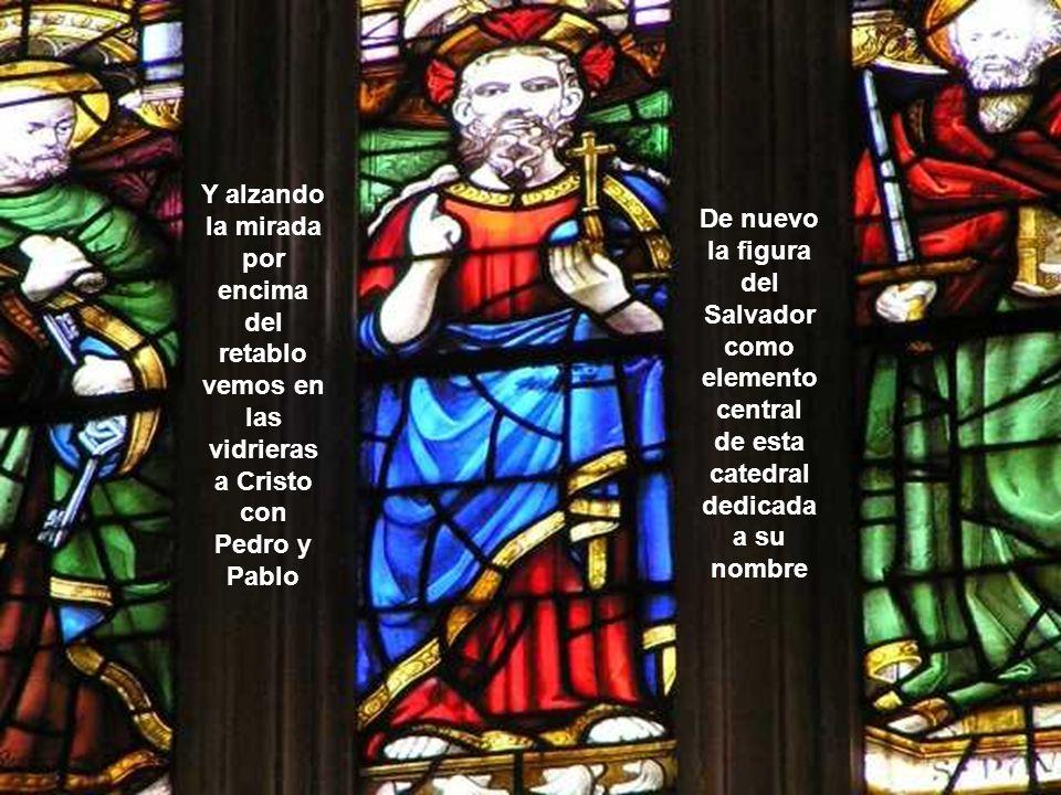 Y alzando la mirada por encima del retablo vemos en las vidrieras a Cristo con Pedro y Pablo