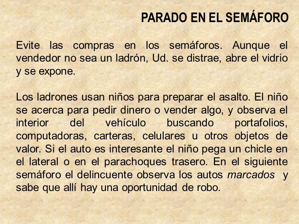 PARADO EN EL SEMÁFORO Evite las compras en los semáforos. Aunque el vendedor no sea un ladrón, Ud. se distrae, abre el vidrio y se expone.