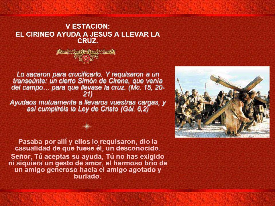 EL CIRINEO AYUDA A JESUS A LLEVAR LA CRUZ.