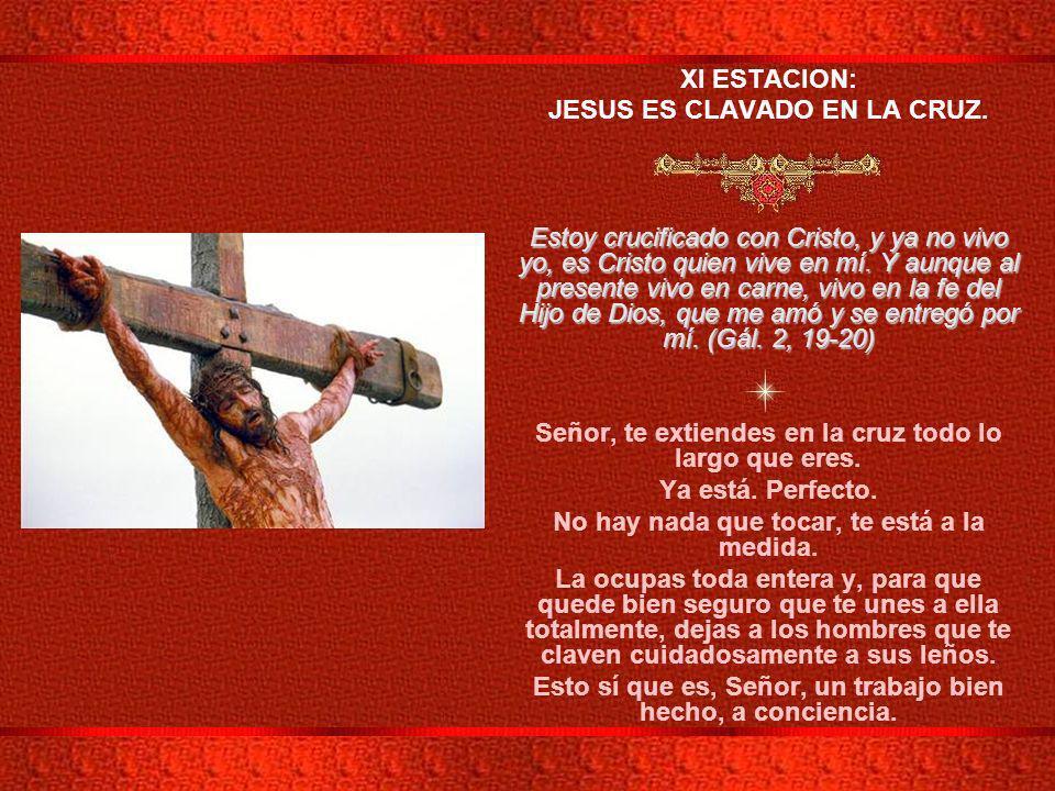 JESUS ES CLAVADO EN LA CRUZ.