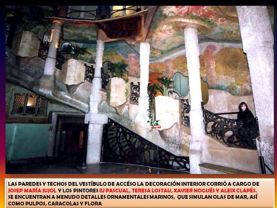 LAS PAREDES Y TECHOS DEL VESTÍBULO DE ACCÉSO LA DECORACIÓN INTERIOR CORRIÓ A CARGO DE JOSEP MARÍA JUJOL Y LOS PINTORES IU PASCUAL, TERESA LOSTAU, XAVIER NOGUÉS Y ALEIX CLAPÉS.