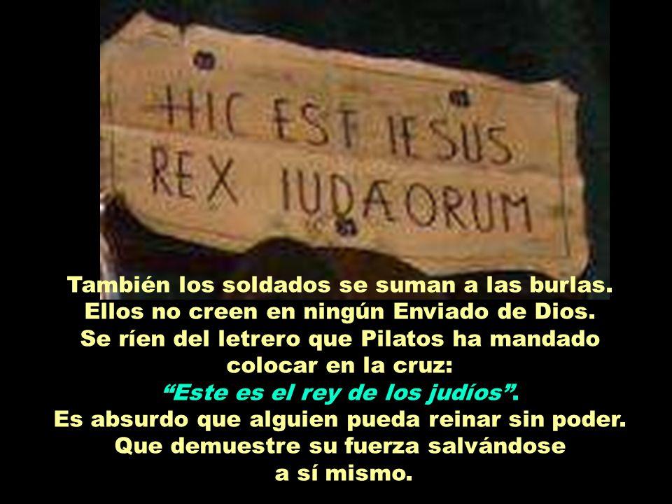 Se ríen del letrero que Pilatos ha mandado colocar en la cruz: