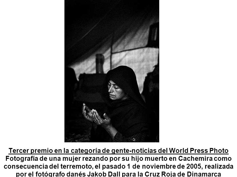 Tercer premio en la categoría de gente-noticias del World Press Photo Fotografía de una mujer rezando por su hijo muerto en Cachemira como consecuencia del terremoto, el pasado 1 de noviembre de 2005, realizada por el fotógrafo danés Jakob Dall para la Cruz Roja de Dinamarca