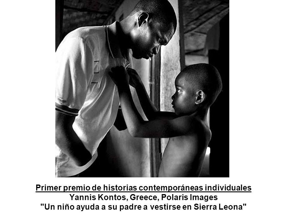 Primer premio de historias contemporáneas individuales Yannis Kontos, Greece, Polaris Images Un niño ayuda a su padre a vestirse en Sierra Leona