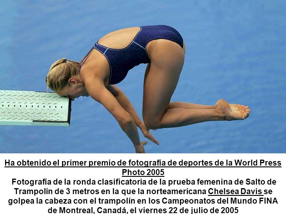 Ha obtenido el primer premio de fotografía de deportes de la World Press Photo 2005 Fotografía de la ronda clasificatoria de la prueba femenina de Salto de Trampolín de 3 metros en la que la norteamericana Chelsea Davis se golpea la cabeza con el trampolín en los Campeonatos del Mundo FINA de Montreal, Canadá, el viernes 22 de julio de 2005