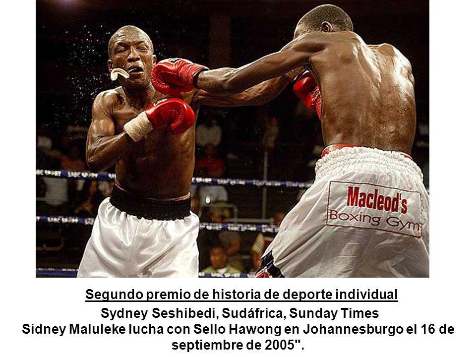 Segundo premio de historia de deporte individual Sydney Seshibedi, Sudáfrica, Sunday Times Sidney Maluleke lucha con Sello Hawong en Johannesburgo el 16 de septiembre de 2005 .