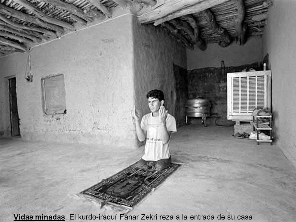 Vidas minadas. El kurdo-iraquí Fanar Zekri reza a la entrada de su casa