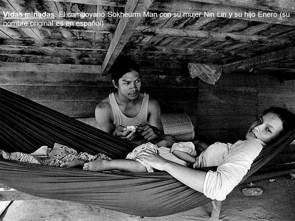 Vidas minadas. El camboyano Sokheurm Man con su mujer Nin Lin y su hijo Enero (su nombre original es en español)