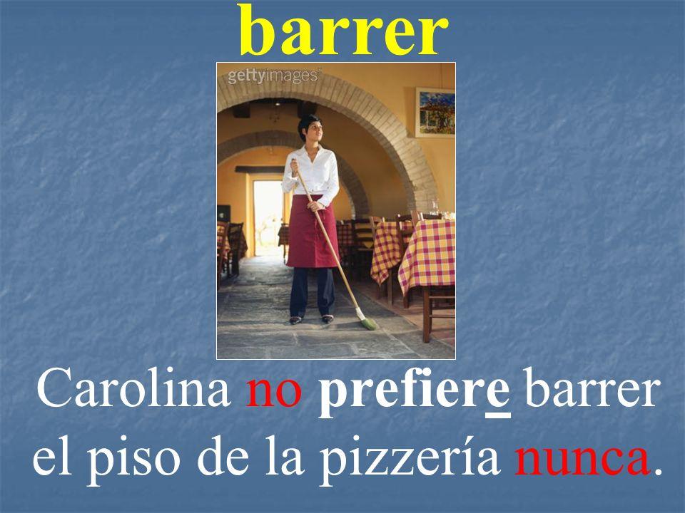 Carolina no prefiere barrer el piso de la pizzería nunca.