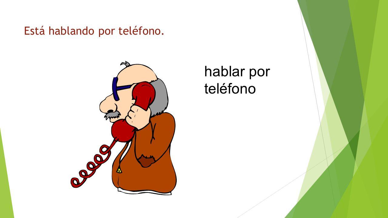 ¿Qué está haciendo hablar por teléfono Está hablando por teléfono.