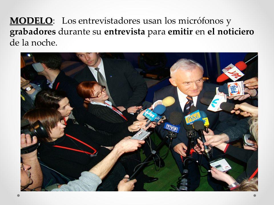 MODELO: Los entrevistadores usan los micrófonos y grabadores durante su entrevista para emitir en el noticiero de la noche.
