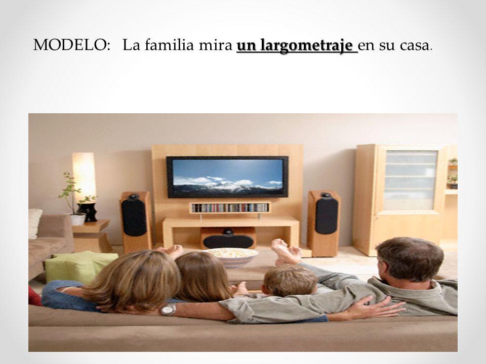 MODELO: La familia mira un largometraje en su casa.