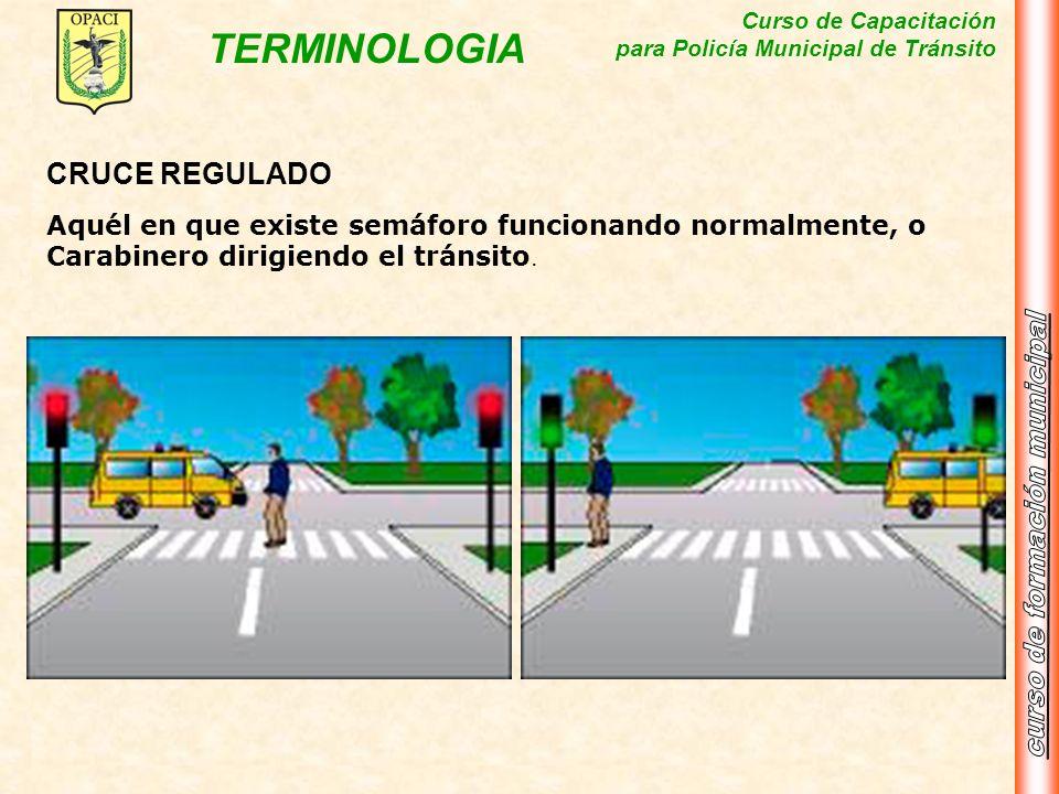 CRUCE REGULADOAquél en que existe semáforo funcionando normalmente, o Carabinero dirigiendo el tránsito.