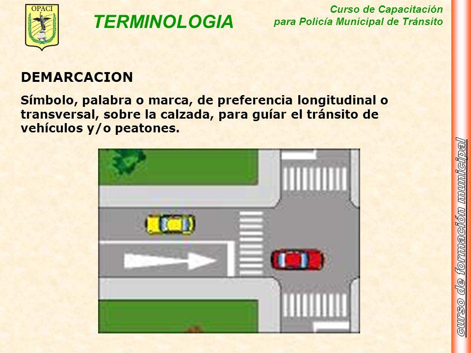 DEMARCACIONSímbolo, palabra o marca, de preferencia longitudinal o transversal, sobre la calzada, para guíar el tránsito de vehículos y/o peatones.