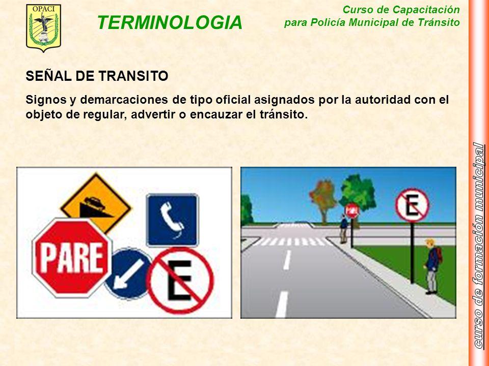 SEÑAL DE TRANSITOSignos y demarcaciones de tipo oficial asignados por la autoridad con el objeto de regular, advertir o encauzar el tránsito.