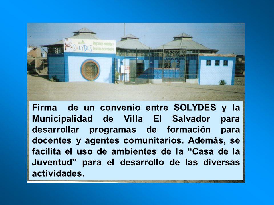 Firma de un convenio entre SOLYDES y la Municipalidad de Villa El Salvador para desarrollar programas de formación para docentes y agentes comunitarios.