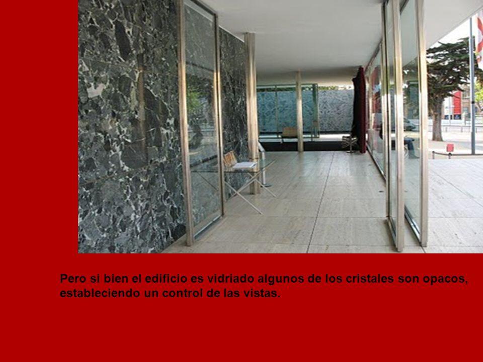 Pero si bien el edificio es vidriado algunos de los cristales son opacos, estableciendo un control de las vistas.