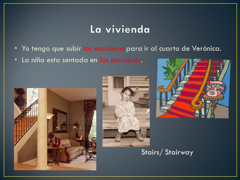 La vivienda Yo tengo que subir las escaleras para ir al cuarto de Verónica. La niña esta sentada en las escaleras.