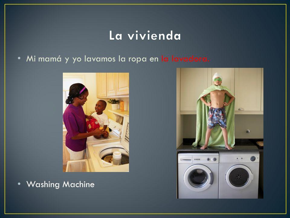 La vivienda Mi mamá y yo lavamos la ropa en la lavadora.