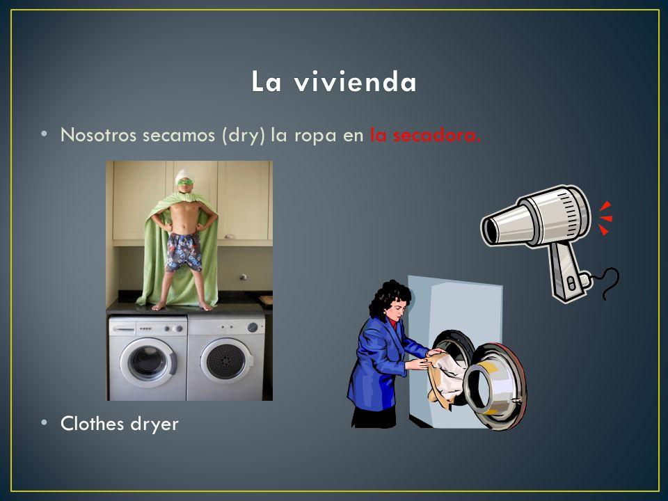 La vivienda Nosotros secamos (dry) la ropa en la secadora.